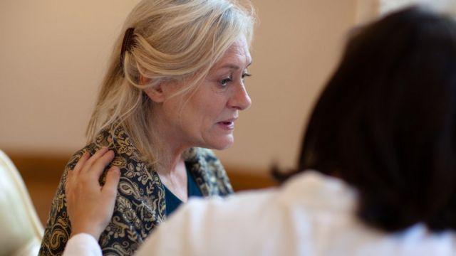 Una mujer atendida por una médico