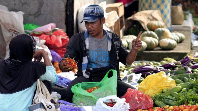 Un vendedor de verduras en Indonesia