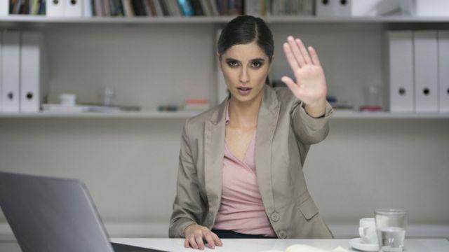 Una mujer ejecutiva señala