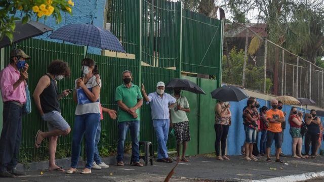 Serrana, una fila de gente para ponerse la vacuna contra la covid-19.