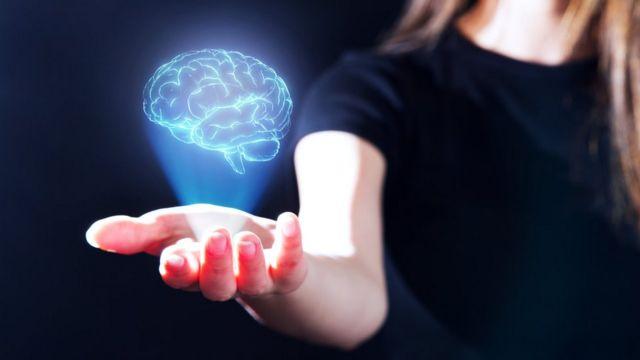 Mujer con la islustración de un cerebro en la mano