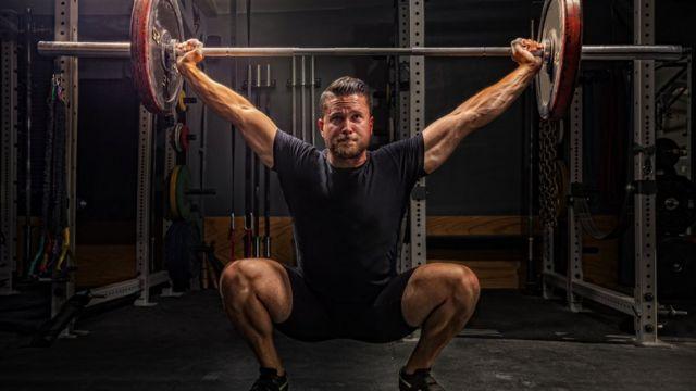 Hombre levantando pesas.