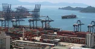 Un brote de coronavirus en un importante puerto chino podría afectar el sistema mundial de transporte de mercancías