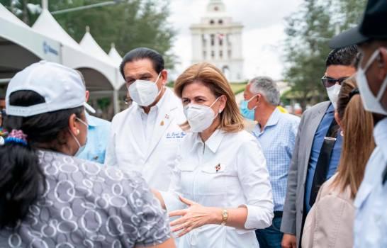 La vicepresidenta de la República y el Ministro de Salud motivan la vacunación contra el COVID-19 en Santiago
