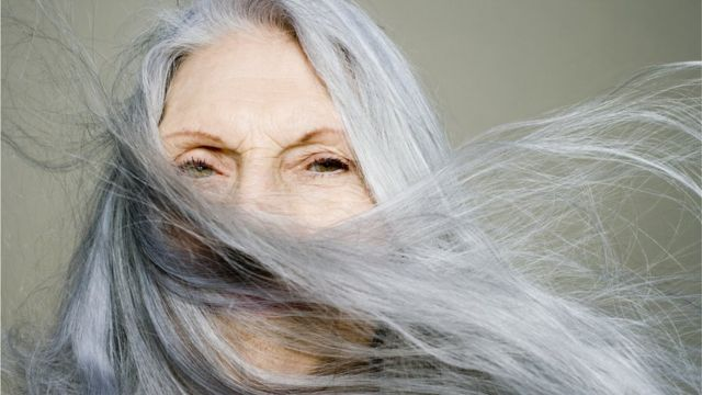 Mujer con pelo gris