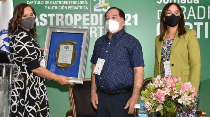 Gastroenterólogos reconocen al doctor Rafael Arismendy De León