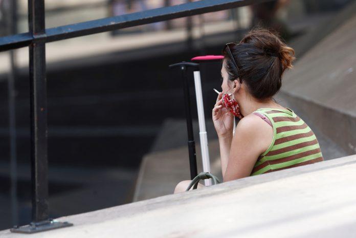 Las mujeres fuman menos que los hombres pero les cuesta más dejarlo